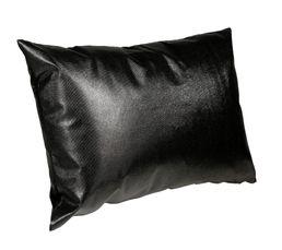 Housse : 100% polyuréthane. 1 face effet pailleté, 1 autre face effet cuir. Garnissage : 100% polyester. Dimensions en cm : 40x60. Entretien : Coloris noir.